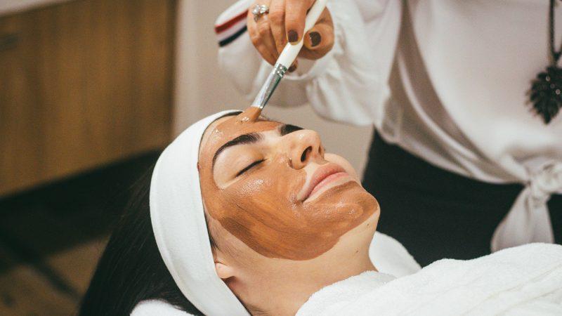 Frau bei der Schönheitsbehandlung